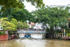 Os turistas que tomam o cruzeiro visitam o barco a explorar o rio de Malacca Malacca foi alistado como um local 2008 do patrimôni imagem de stock