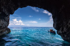 Os turistas que visitam o azul cavam na ilha de Zakynthos em Grécia Fotos de Stock