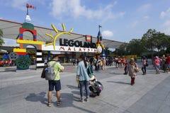 Os turistas recolhem na entrada de Legoland Malásia Imagem editorial foto de stock