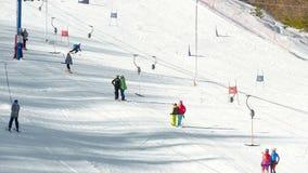 Os turistas relaxam na estância de esqui das montanhas filme