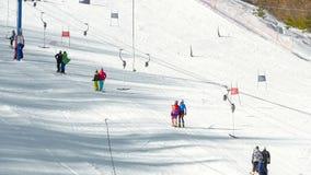 Os turistas relaxam na estância de esqui das montanhas video estoque