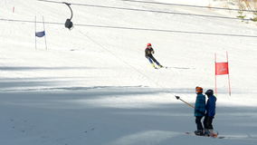 Os turistas relaxam na estância de esqui das montanhas vídeos de arquivo