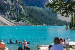 Os turistas remam no lago excepcionalmente azul Canadá moraine fotos de stock royalty free