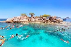 Os turistas são apreciam mergulhar debaixo d'água em Koh Yak Lek (ilha Foto de Stock