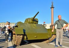 Os turistas são fotografados com uma guerra mundial dos tempos do carro de combate leve T-70 Foto de Stock