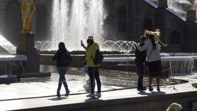 Os turistas são fotografados na perspectiva das fontes vídeos de arquivo