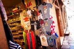 Os turistas são oferecidos lembranças numerosas na cidade velha de Dubrovnik Fotografia de Stock