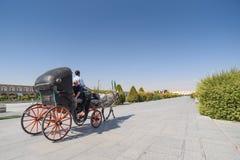 Os turistas sentam-se no transporte no quadrado de Naghsh-e Jahan Foto de Stock Royalty Free