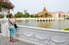 Os turistas tomam a foto no palácio da dor do golpe em Ayutthaya, Thail Fotos de Stock Royalty Free