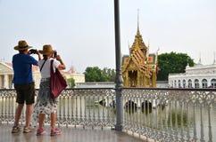 Os turistas tomam a foto no palácio da dor do golpe em Ayutthaya, Thail Imagem de Stock Royalty Free