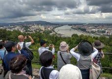 Os turistas tomam fotografias do Danube River em Budapest em Hungria imagem de stock royalty free