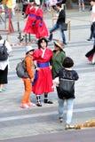 Os turistas tomam fotos com a mulher coreana que veste a roupa tradicional na torre de n seoul na cidade de Seoul Imagens de Stock