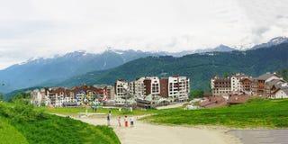 Os turistas tomam imagens das vistas da estância de esqui Fotos de Stock