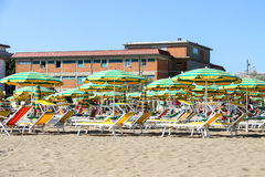 Os turistas tomam sol na praia no porto de Bellaria Igea, Rimini Foto de Stock