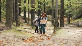 Os turistas vão acima do monte com mapa video estoque
