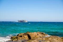 Os turistas vão em um barco de prazer ao longo da praia de Fenals perto de Lloret de Mar Foto de Stock