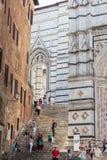 Os turistas vão a Siena Cathedral Duomo di Siena Foto de Stock