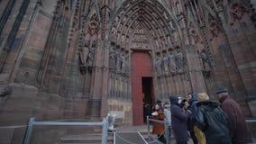 Os turistas visitam a atração principal da cidade Cathedrale Notre-Dame de Strasbourg video estoque