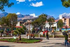 Os turistas visitam a cidade de Huaraz fotografia de stock royalty free