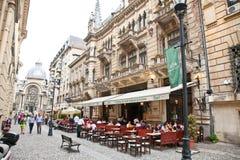 Os turistas visitam a cidade velha em Bucareste, Romania. imagens de stock royalty free