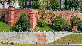Os turistas visitam o monte de Wawel Fotografia de Stock Royalty Free