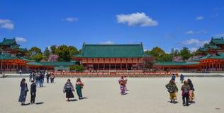 Os turistas visitam o santuário de Heian em Kyoto imagens de stock royalty free