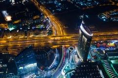 Os UAE, Dubai, 06/14/2015, as luzes de néon e o xeique da cidade futurista do centro de Dubai zayed a estrada disparada da torre  Imagem de Stock Royalty Free