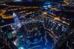 Os UAE, Dubai, 06/14/2015, as luzes de néon e o xeique da cidade futurista do centro de Dubai zayed a estrada disparada da torre  Imagens de Stock Royalty Free