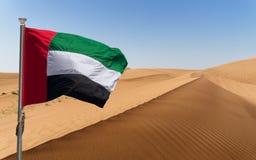 Os UAE embandeiram e os testes padrões hipnóticos da areia abandonam nos UAE abandonam, perto de Dubai, UAE Imagem de Stock