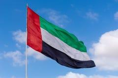 Os UAE embandeiram o sopro no vento foto de stock