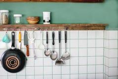 Os utensílios da cozinha no trabalho cobrem na cozinha moderna Imagem de Stock Royalty Free