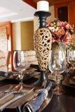Os utensílios de mesa caros luxuosos em uma tabela de jantar Imagens de Stock