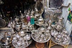 Os utensílios de mesa feitos a mão martelaram pelo cobre em Tunes, Tunísia imagem de stock royalty free