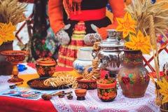 Os utensílios de mesa nacionais do russo fizeram da madeira com um samovar em Ta fotografia de stock royalty free