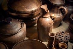 Os vários pratos cerâmicos feitos a mão no ` s do oleiro compram imagem de stock royalty free