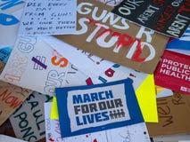 Os vários sinais rejeitados para o março por nossas vidas reagrupam dentro dentro Imagens de Stock Royalty Free
