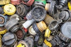 Os vários tampões usados do reservatório da direção de poder e os tampões do depósito de gasolina na feira da ladra de domingo em fotos de stock