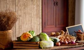 Os vários tipos de matérias primas na cozinha incluem vegetais, ovos, cebola e a outro para cozinhar na casa imagens de stock