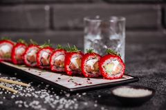 Os vários tipos do sushi serviram na pedra preta imagem de stock