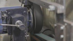 Os vícios de banco soviéticos velhos dos mecânicos estão pressionando o tampão de garrafa video estoque