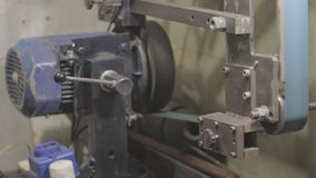 Os vícios de banco soviéticos velhos dos mecânicos estão pressionando o tampão de garrafa filme