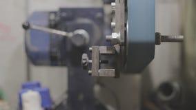 Os vícios de banco soviéticos velhos dos mecânicos estão pressionando o tampão de garrafa vídeos de arquivo
