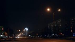 Os veículos do lapso de tempo conduzem sinais passados na noite video estoque