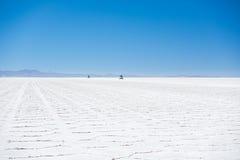 os veículos 4x4 que cruzam Uyuni salgam o plano, Bolívia Foto de Stock Royalty Free