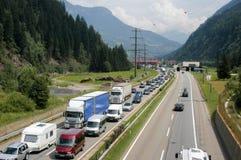 Os veículos que esperam na linha inscrever Gotthard escavam um túnel Fotos de Stock