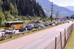 Os veículos que esperam na linha inscrever Gotthard escavam um túnel Imagem de Stock Royalty Free