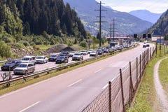 Os veículos que esperam na linha inscrever Gotthard escavam um túnel Fotos de Stock Royalty Free