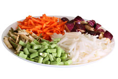 Os vegetais coloridos arranjaram na placa com fundo branco Imagens de Stock
