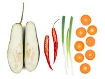 Os vegetais cortados encontram-se em seguido close-up em um fundo isolado branco imagem de stock