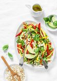 Os vegetais crus acolchoam a salada tailandesa no fundo claro foto de stock royalty free